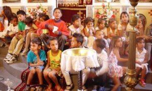 Ομαδική βάπτιση 100 παιδιών Ρομά στην Καρποφόρα Μεσσήνης, ανήμερα του Αγίου Πνεύματος