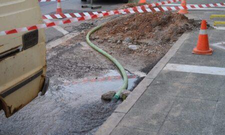 Διαρροή νερού από βλάβη μπροστά στο REX