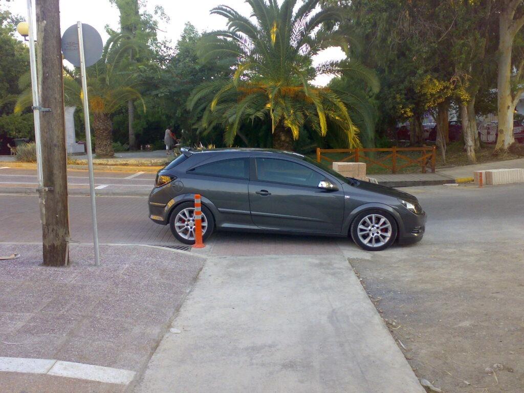 Ασυνείδητος οδηγός πάρκαρε πάνω στον ποδηλατόδρομο