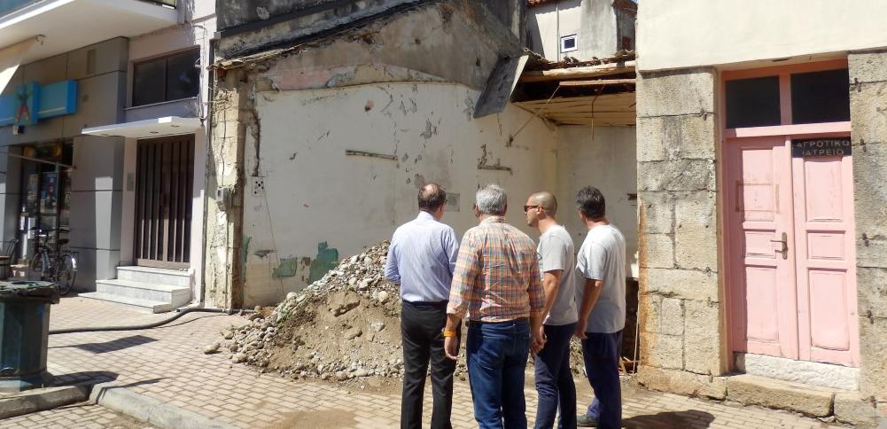 Θουρία: Κατεδαφίστηκε το ετοιμόρροπο δίπλα από το δημοτικό κατάστημα