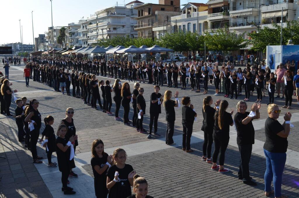 """648 μαντίλια Καλαματιανά """"σφράγισαν"""" το ρεκόρ Γκίνες! (VIDEO)"""