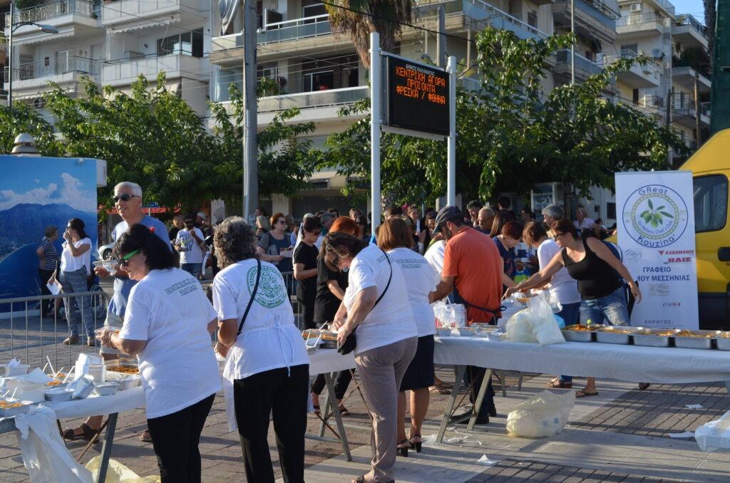 Mαγείρεψαν και μοίρασαν 1.100 μακαρονάδες στο Λιμάνι της Καλαμάτας!