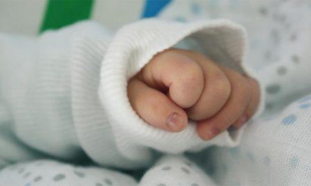 «Θα το μεγαλώσουμε εμείς», λέει η γιαγιά του βρέφους που το πέταξε η μητέρα του στα σκουπίδια