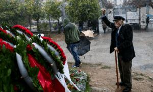 Στο Πολυτεχνείο εν μέσω καταιγίδας ο αγέρωχος Μανώλης Γλέζος