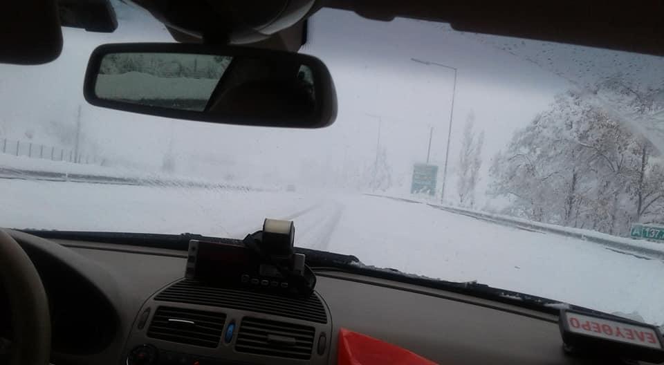 Ουρές στα διόδια και μπόλικο χιόνι στην εθνική οδό Καλαμάτας – Τρίπολης
