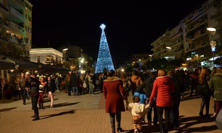 Χριστούγεννα στην Καλαμάτα: Φωτίστηκε το επιβλητικό δέντρο!