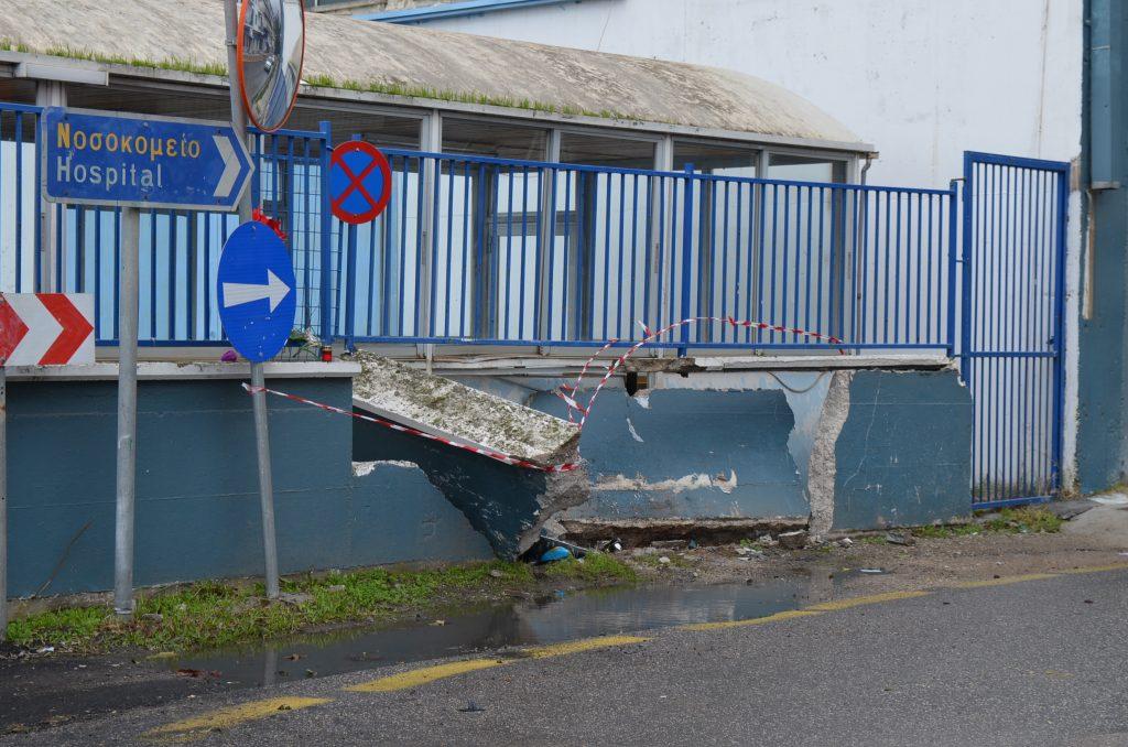 Αυτοκίνητο προσέκρουσε και διέλυσε μάντρα στο Λιμάνι Καλαμάτας-Σώος ο οδηγός