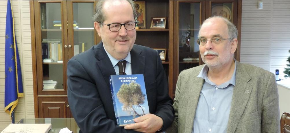 """""""Εγκυκλοπαίδεια ελαιοκομίας – Το ελαιόλαδο"""": Ένα πόνημα 700 σελίδων δώρο στον Δήμαρχο"""