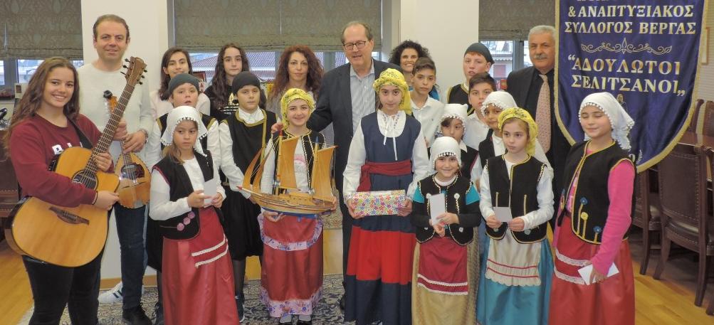 Κάλαντα στον δήμαρχο Καλαμάτας από την Παιδική Χορωδία του Πολιτιστικού Συλλόγου Βέργας
