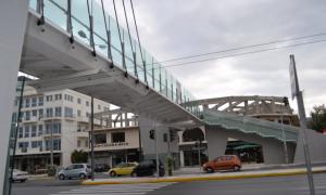 Η πεζογέφυρα στο Ασπρόχωμα και οι αγκυλώσεις