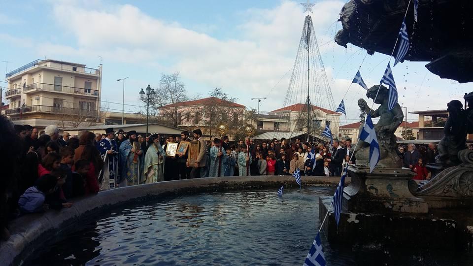 Φιλιατρά: Στο… συντριβάνι της πλατείας έγινε ο αγιασμός των υδάτων!