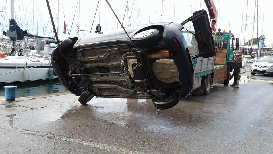 41χρονη έπεσε με το αυτοκίνητό της στη θάλασσα στη Μαρίνα Καλαμάτας!