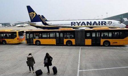 Ryanair: Άνοιξε την πόρτα και… βγήκε! (βίντεο)