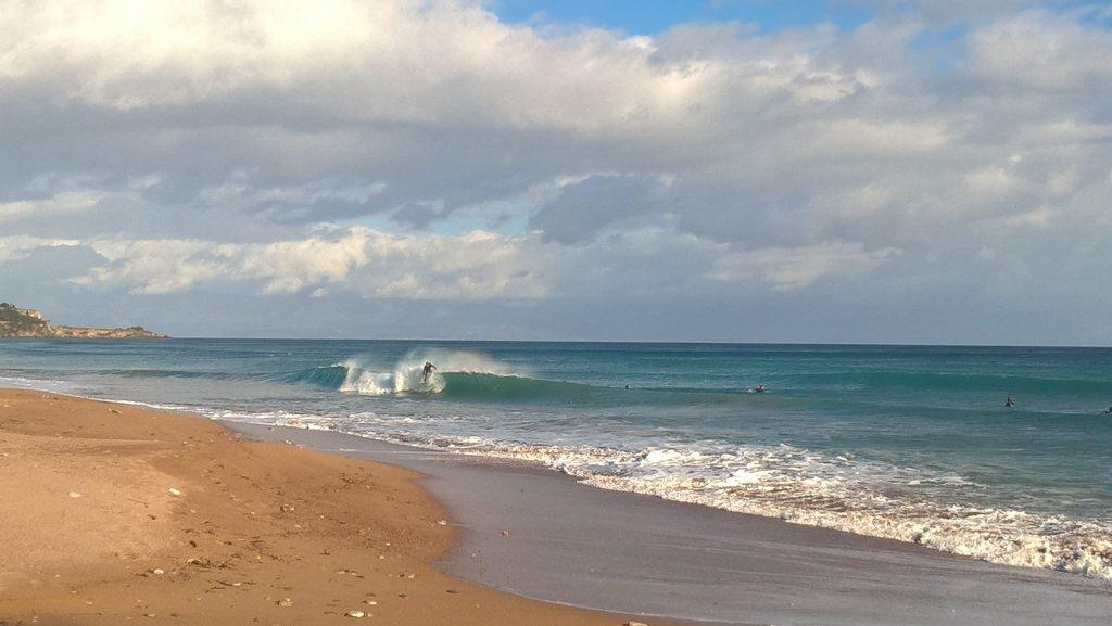 """""""Δαμάζοντας"""" τα κύματα της Κορώνης- Serfing και το χειμώνα στο Μεμί!"""