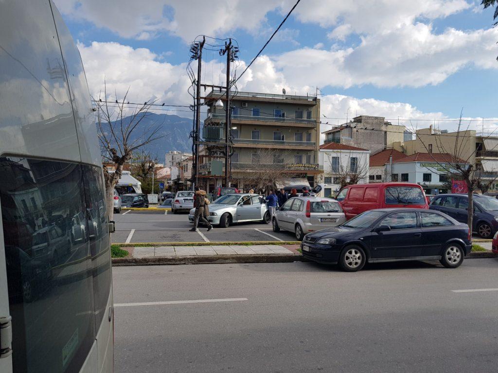Απίστευτο: Τράκαραν μέσα στο Δημοτικό Πάρκινγκ Καλαμάτας!
