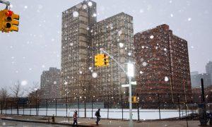 Βυθισμένες στο χιόνι παραμένουν οι ΗΠΑ