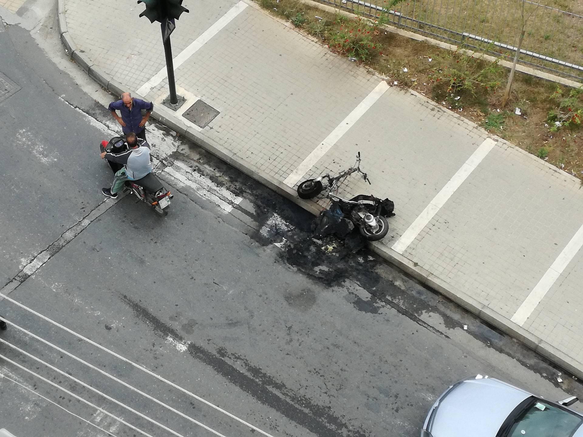 Καλαμάτα: Πήρε φωτιά το μηχανάκι νεαρής οδηγού εν κινήσει!
