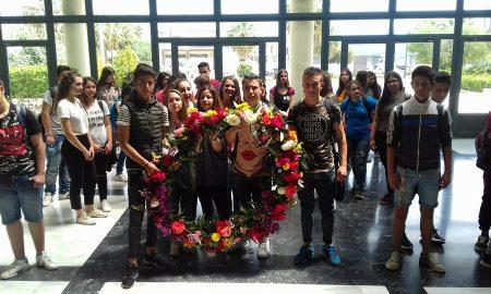 Πρωτομαγιάτικο στεφάνι διαμέτρου 1 μ. στο Δημαρχείο Μεσσήνης από μαθητές του 1ου Γυμνασίου!