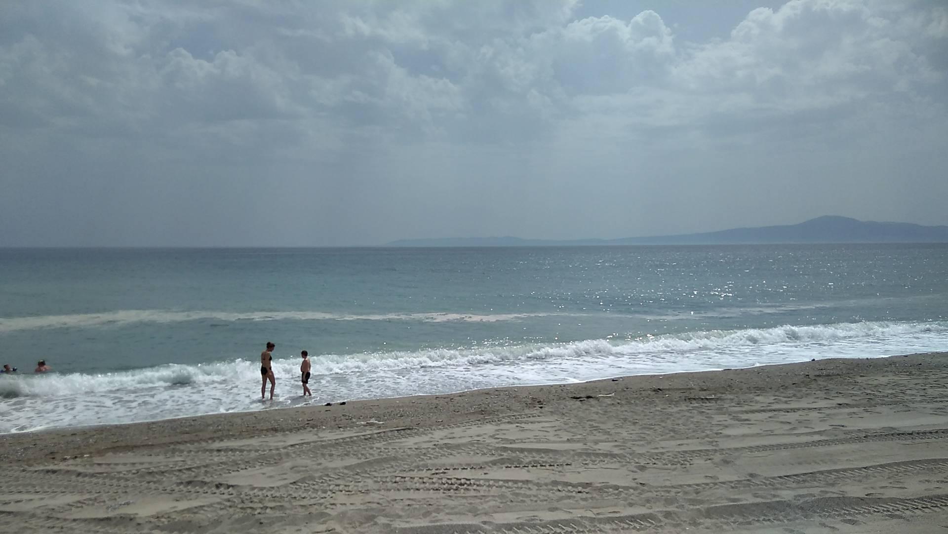 Κίτρινες κηλίδες στις παραλίες Καλαμάτας και Μαντίνειας – Γύρη λέει το Λιμεναρχείο