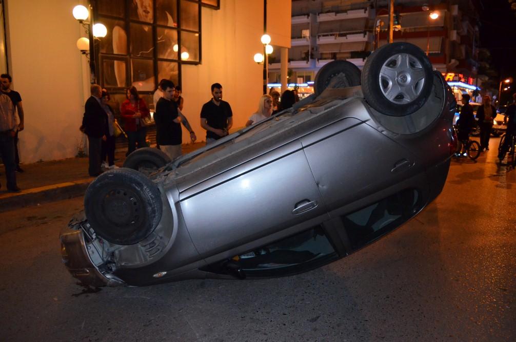 Τροχαίο στη Φιλελλήνων με ανατροπή αυτοκινήτου