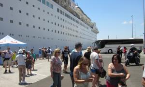 """1.245 τουρίστες τη Δευτέρα με το """"Marella Celebration"""" στο Λιμάνι Καλαμάτας"""