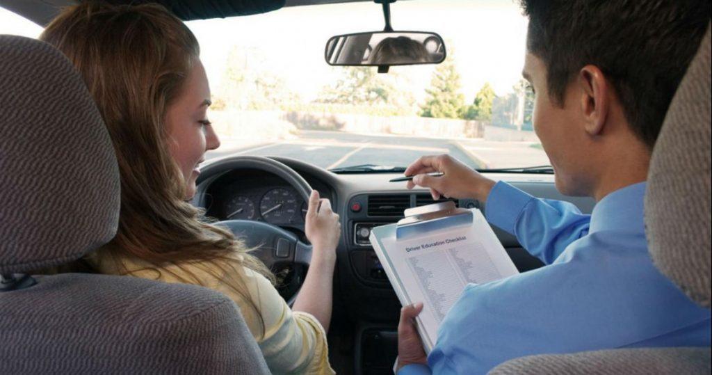 Δίπλωμα οδήγησης στα 17 εξετάζει το υπουργείο Μεταφορών