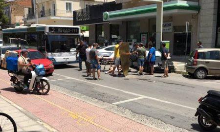 Γυναίκα οδηγός μηχανής τραυματίστηκε σε τροχαίο στη Νέδοντος