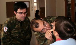 Στρατιωτικός γιατρός του 9ου Συντάγματος για τους κατοίκους της Πολιανής