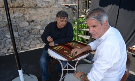 """To τάβλι"": Κάνει πρεμιέρα στην αυλή του ΔΗΠΕΘΕΚ και ταξιδεύει στα χωριά της Μεσσηνίας"