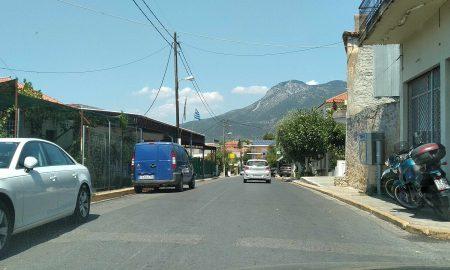 Δρόμος μέσα από το χωριό και παρκάρισμα έξω από τη πόρτα μας!