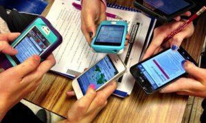 Η Γαλλία απαγορεύει τη χρήση smartphone & tablet στα σχολεία