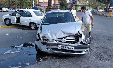 Τροχαίο ατύχημα στην Αρτέμιδος λόγω παραβίασης κόκκινου σηματοδότη