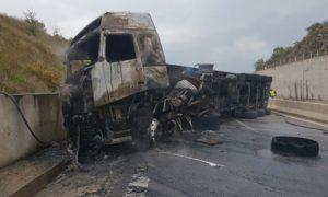 Νταλίκα ανατράπηκε στα Παραδείσια και κάηκε ολοσχερώς – Σώος ο οδηγός
