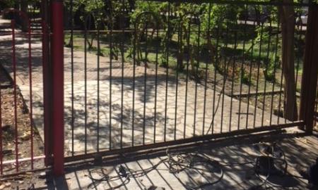 Μπήκαν πόρτες στο Πάρκο Σιδηροδρόμων Καλαμάτας