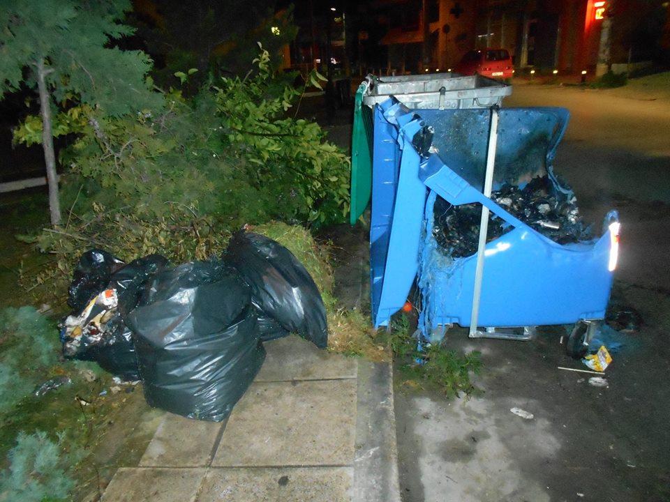 Mπαράζ εμπρησμών σε κάδους σκουπιδιών τη νύχτα στην Καλαμάτα