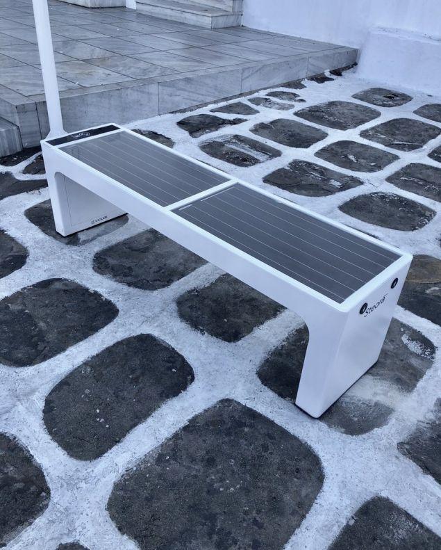 Ηλιακά παγκάκια στη Μύκονο – Θα γίνονται μπλε και θα φορτίζουν κινητά