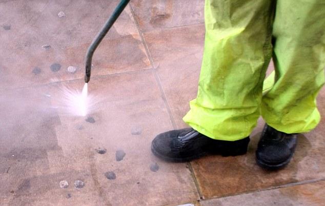 Μηχάνημα που καθαρίζει τσίχλες από πεζοδρόμια θα προμηθευτεί ο Δήμος Καλαμάτας