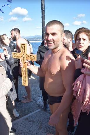 Θεοφάνεια στην Πύλο: Αψήφησαν το κρύο και βούτηξαν για τον Σταυρό