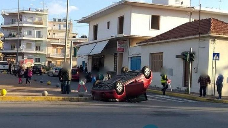 Σύγκρουση αυτοκινήτων έξω από το 3ο Δημοτικό Σχολείο Καλαμάτας