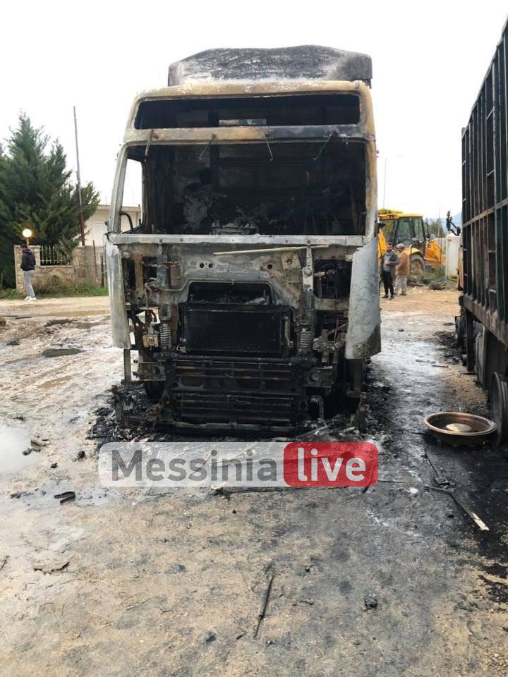Άγνωστοι έκαψαν 2 φορτηγά και ένα χωματουργικό στο Αριοχώρι