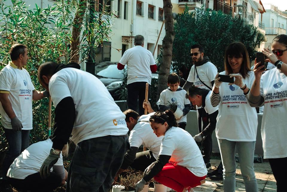 Πάνω από 80 εθελοντές φύτεψαν, έβαψαν και καθάρισαν την πλατεία Μαυρομιχάλη
