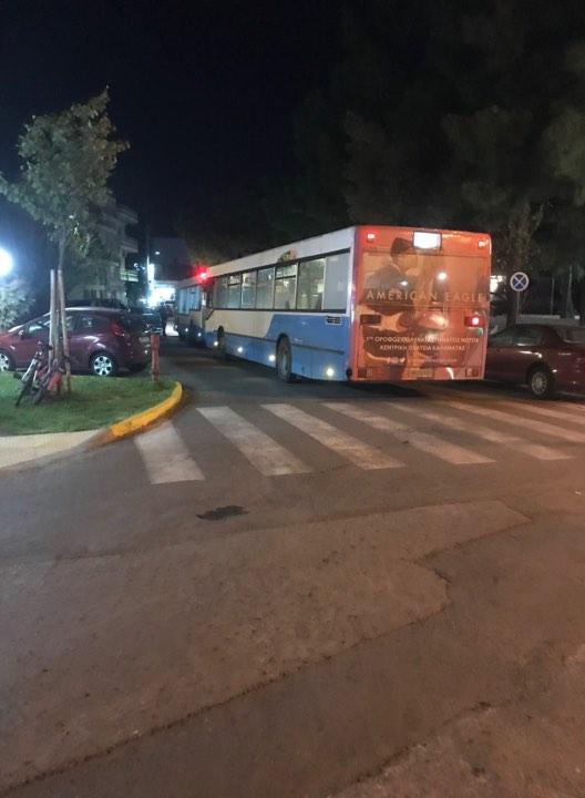 """Παράνομο παρκάρισμα στη Φαρών """"κόλλησε"""" δυο αστικά λεωφορεία!"""