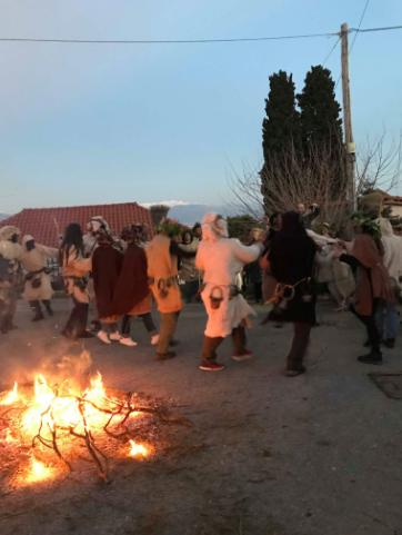 Μαγγανιακό: Αναβίωσαν το έθιμο του Μαλλιαρού γιορτάζοντας τις Απόκριες!