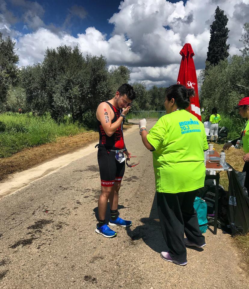 Συγκλονιστικός τερματισμός αθλητή με σκλήρυνση κατά πλάκας στο Ironman