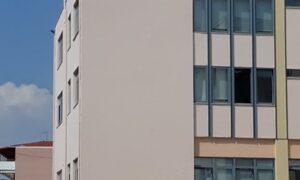 Προσλαμβάνεται για 8μηνο η γυναίκα που απειλούσε να πέσει από το Δημαρχείο Καλαμάτας