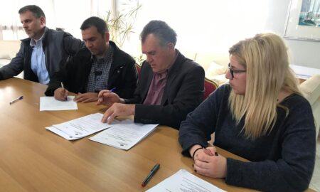 """""""Έπεσαν"""" οι υπογραφές για την ανακατασκευή του Δημοτικού Πεταλιδίου"""