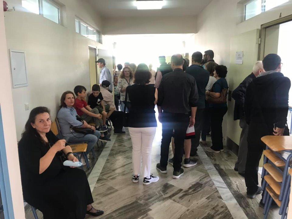 Αντίστροφη μέτρηση για να κλείσουν οι κάλπες – Αυξημένη κίνηση στα εκλογικά κέντρα