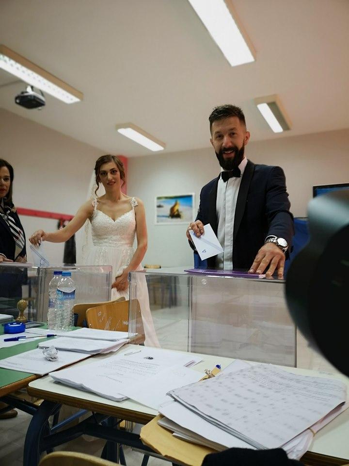 Με το νυφικό στην κάλπη – Παντρεύτηκαν και έσπευσαν στο εκλογικό κέντρο