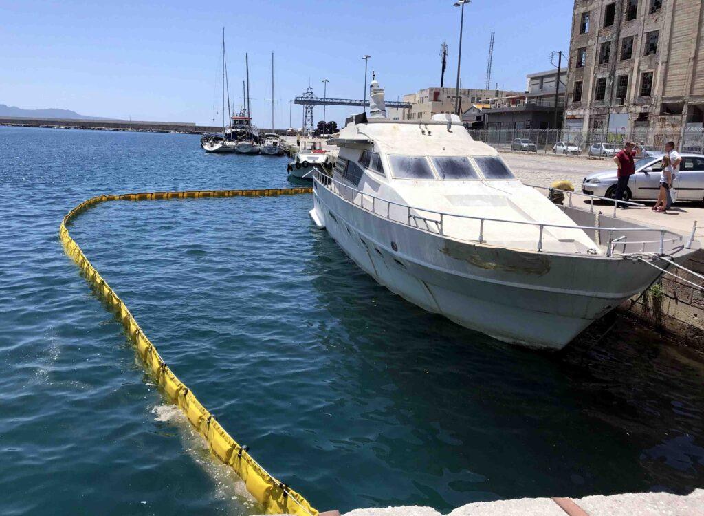 """Κίνδυνος να βουλιάξει στο Λιμάνι Καλαμάτας το κατασχεμένο σκάφος """"Mustafa"""""""