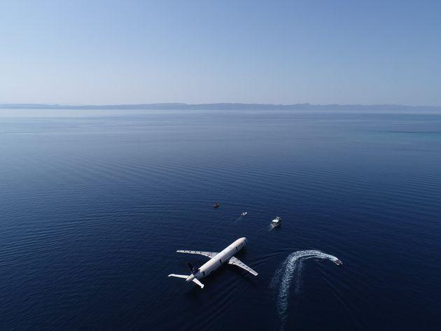 Βύθισαν αεροπλάνο στη θάλασσα για να ενισχύσουν τον τουρισμό